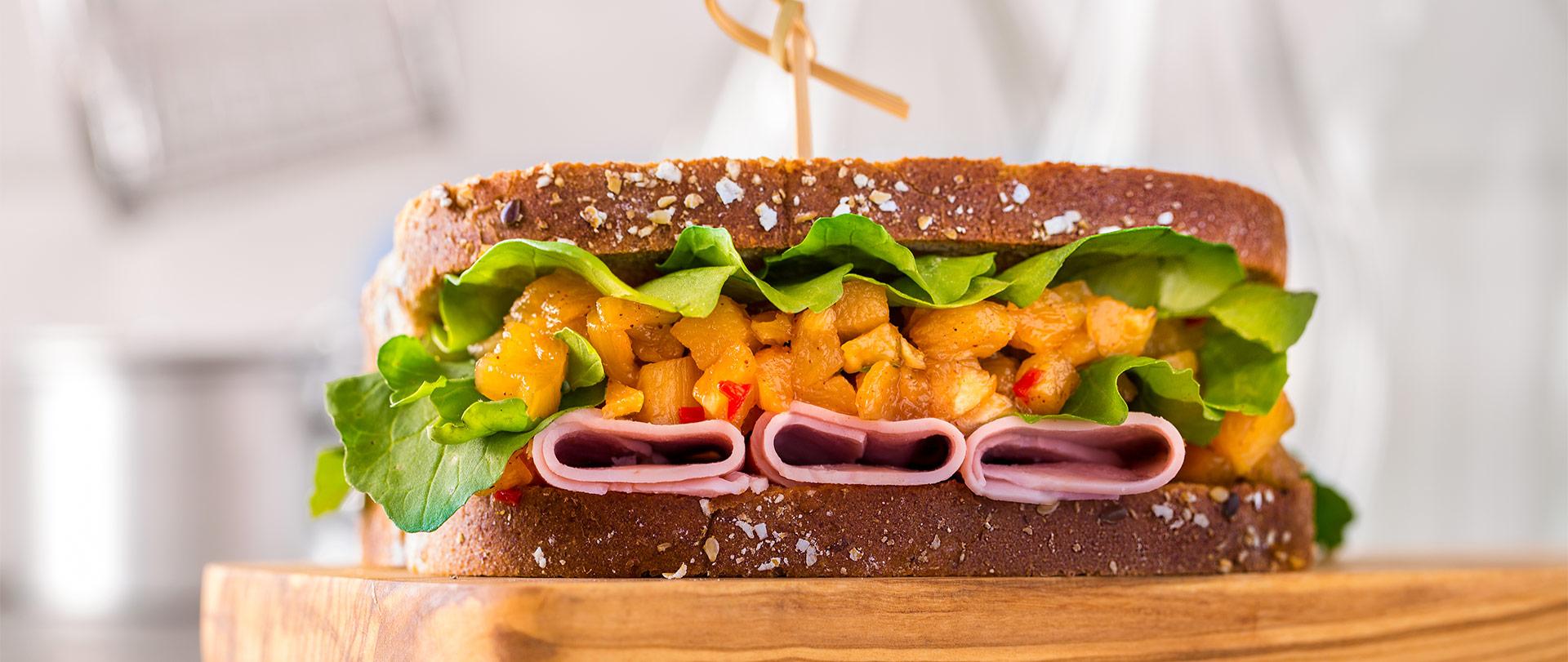 Sanduíche de presunto com chutney de abacaxi e rúcula