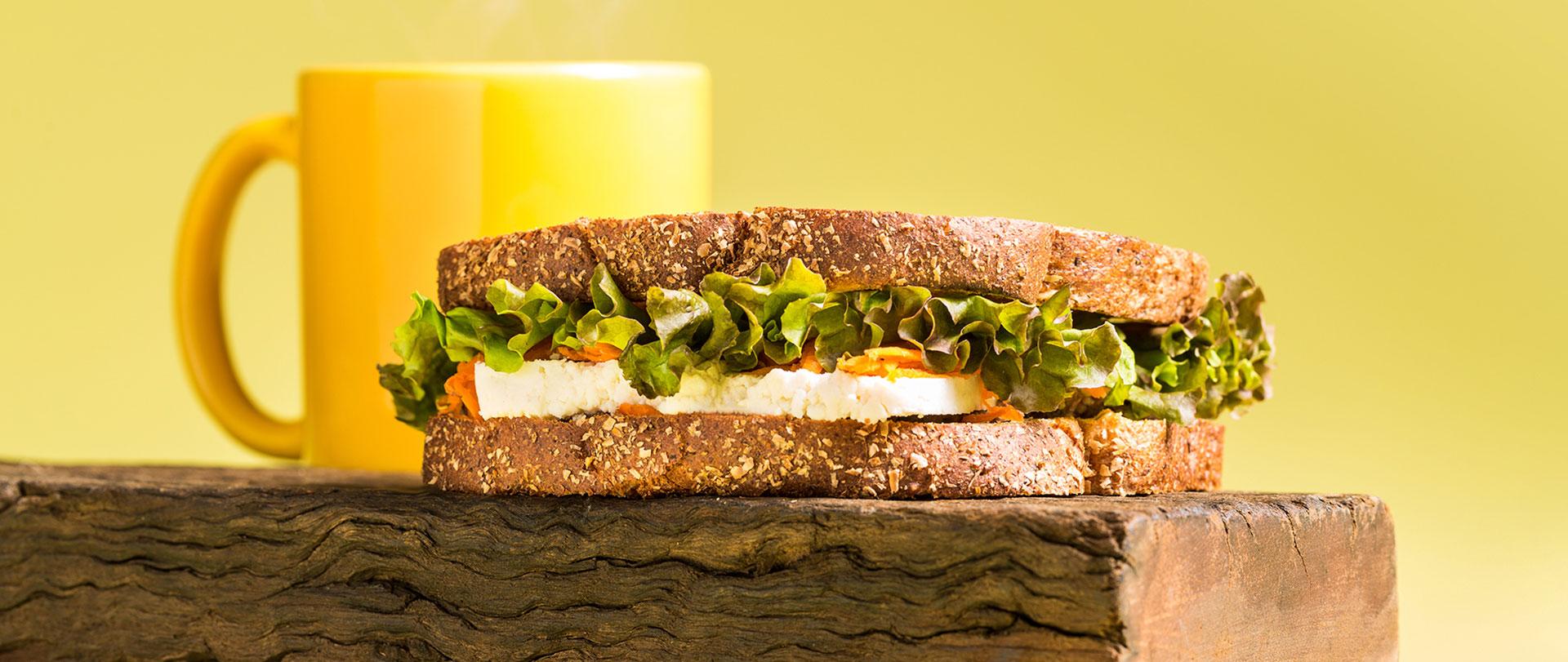 Sanduíche com tapenade, ricota e cenoura