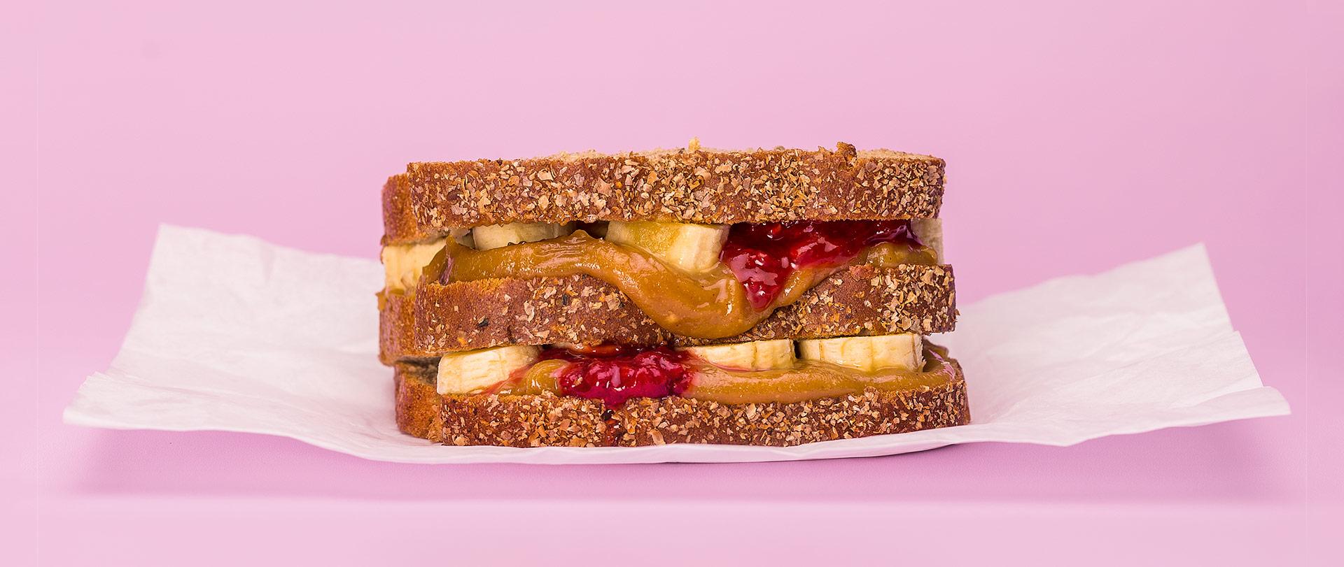 Sanduíche de banana com geleia de morango