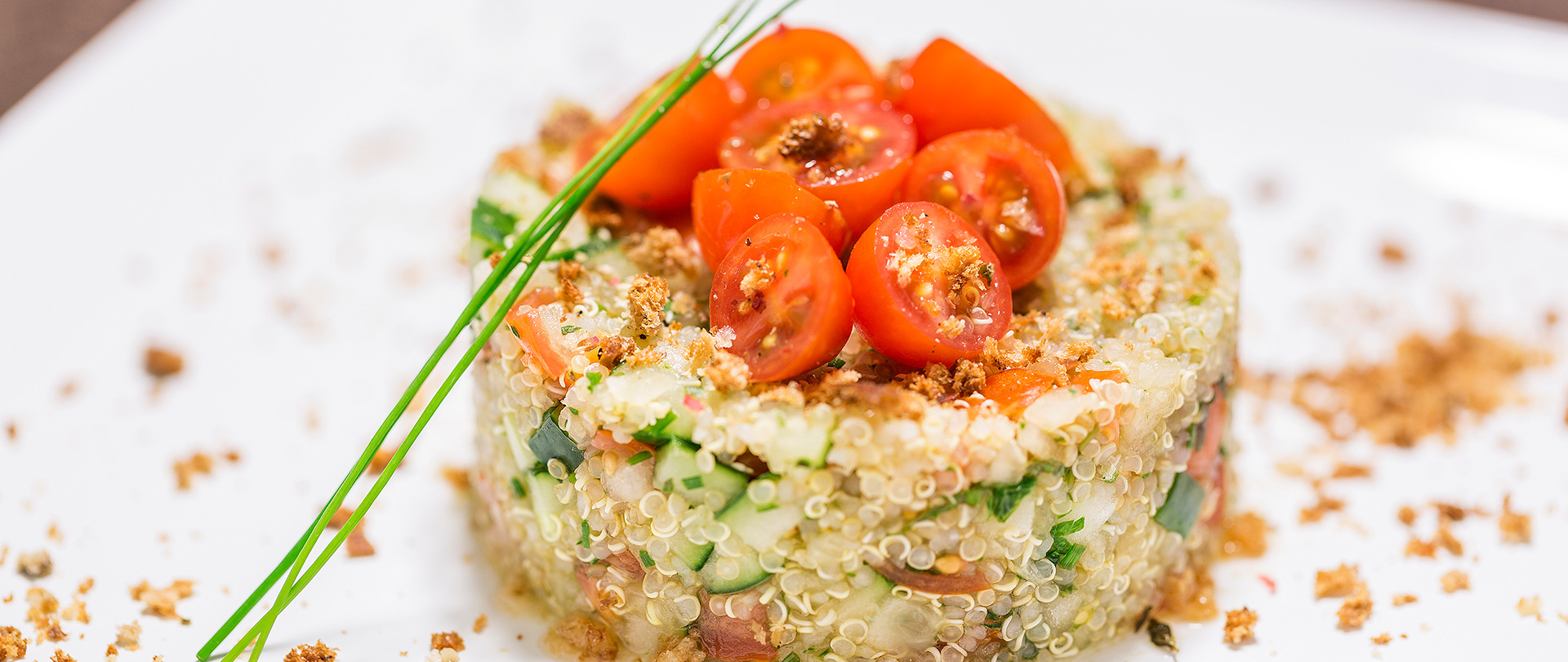 Tabule de quinoa com farofinha crocante
