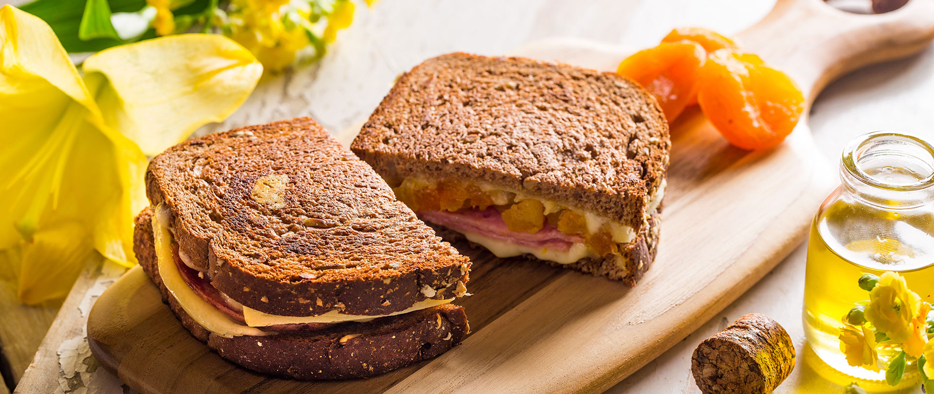 Tostex de queijo gruyere, lombo canadense e damasco