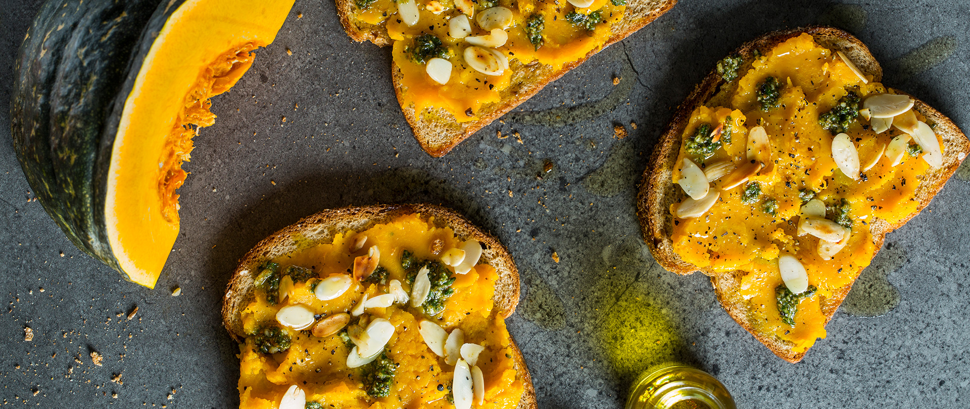 Sanduíche aberto com pasta de moranga, pesto e amêndoas