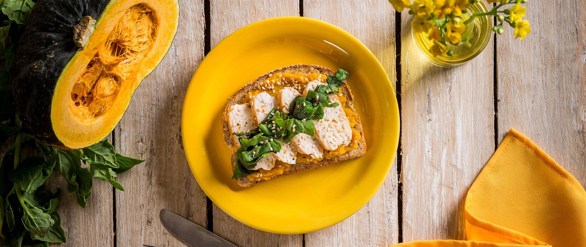 Tostada de moranga, frango grelhado e espinafre