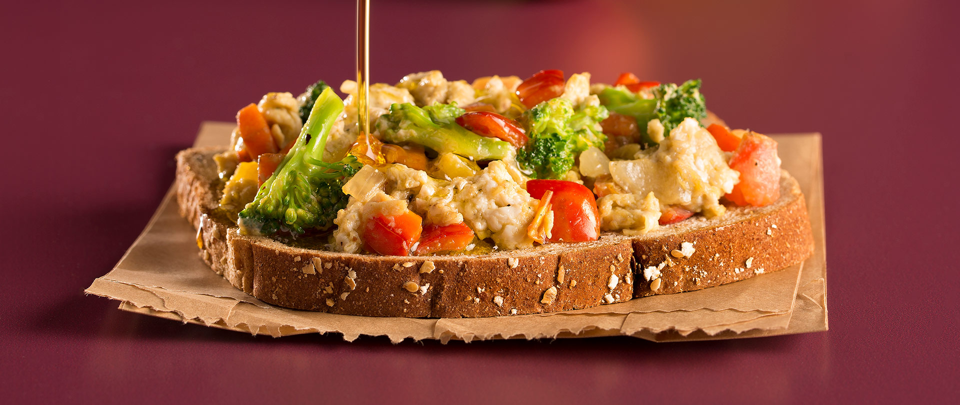 Mexido de ovos com legumes no pão integral