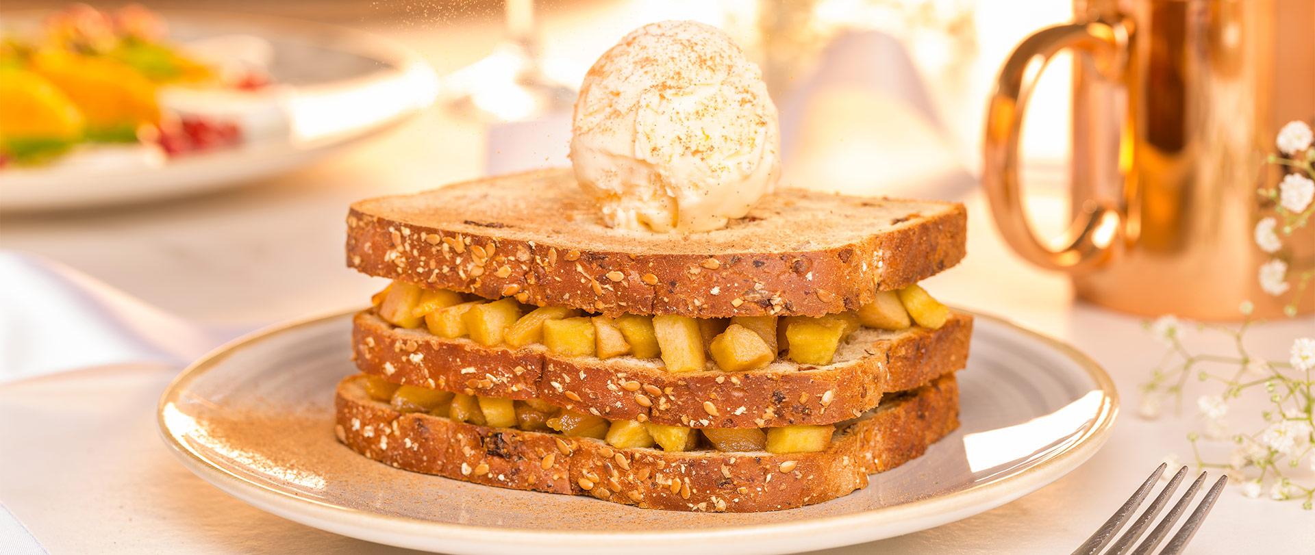 Torre de maçã caramelada e sorvete de creme