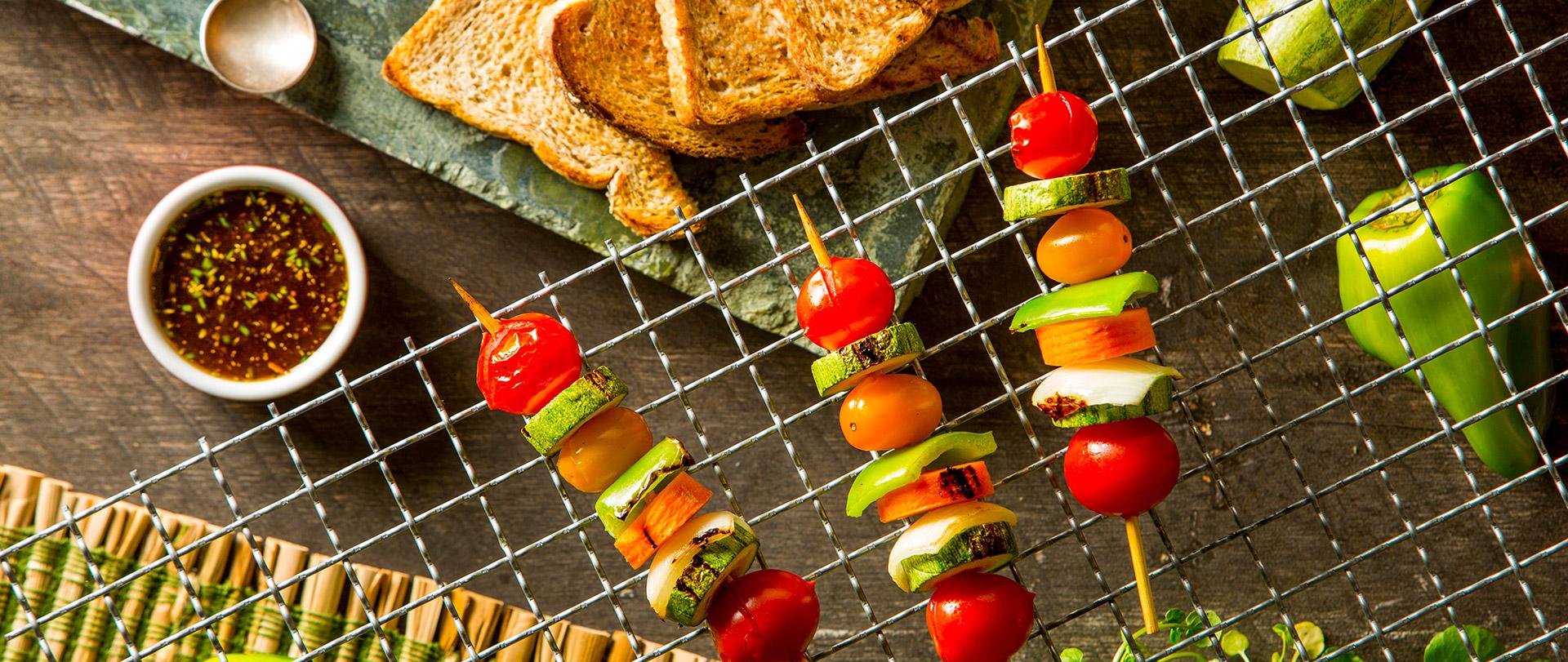 Espetinhos vegetarianos com torrada integral e chimichurri
