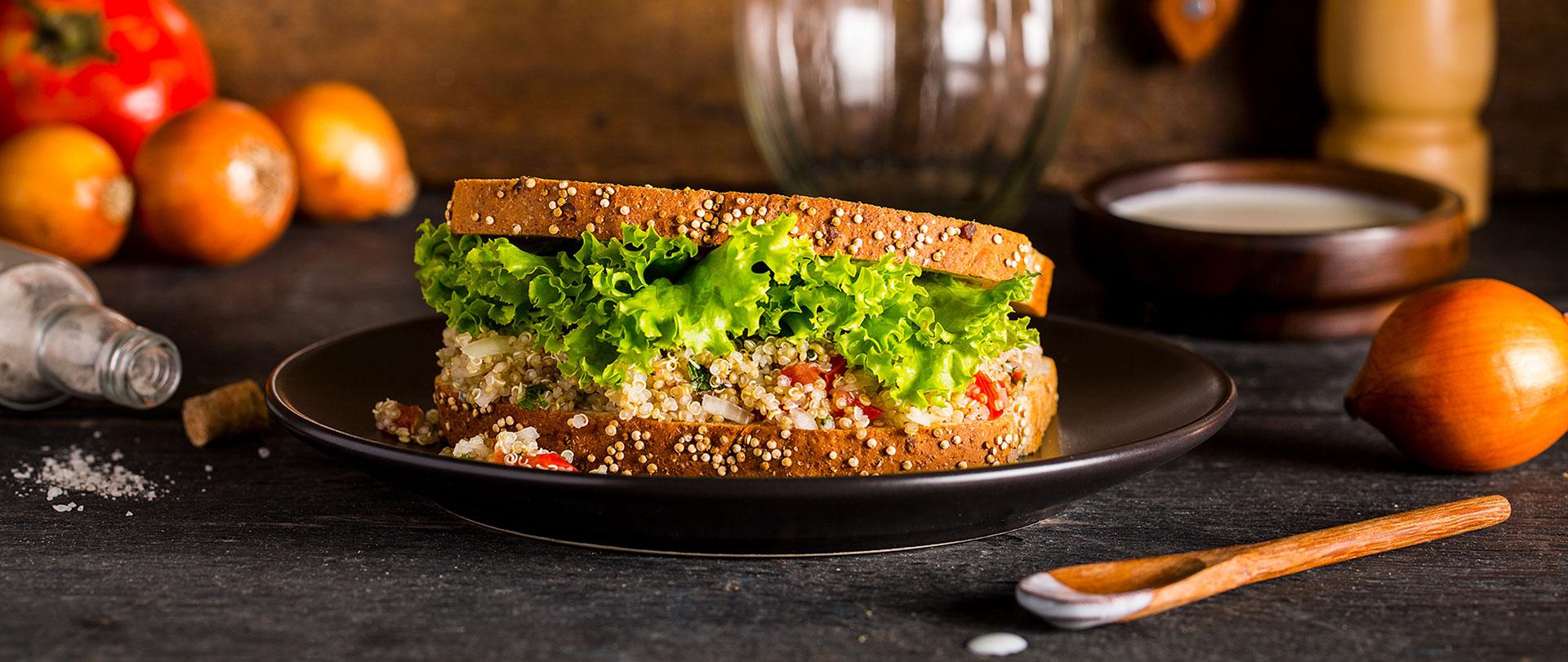 Sanduíche com tabule de quinoa, alface e coalhada