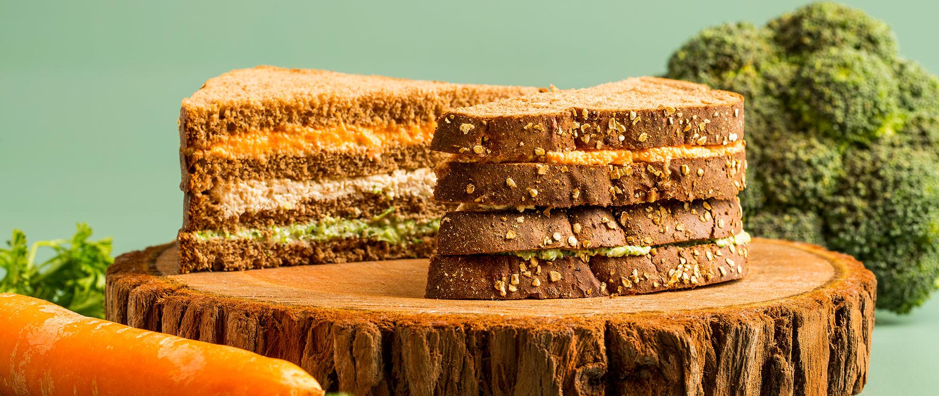 Sanduíche em camadas com frango, brócolis e cenoura
