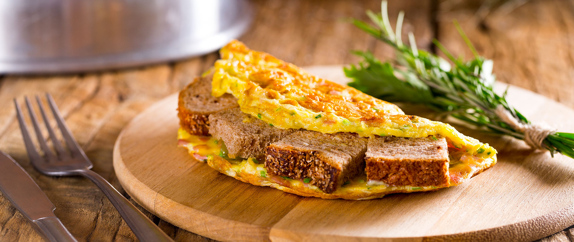 Sanduíche invertido com omelete
