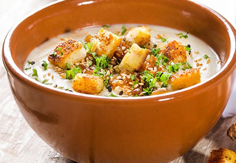 Sopa de couve flor, cebola caramelada e croutons