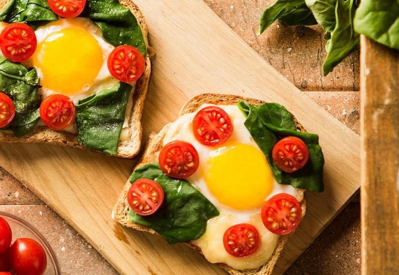 Pizza quadrada de espinafre ovo e tomate