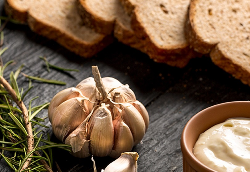 Pasta de alho assado com torradas integrais
