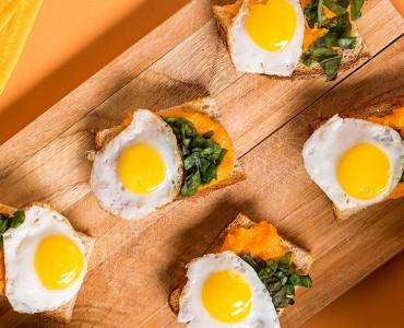 Canapés de espinafre e ovo de codorna com maionese de cenoura
