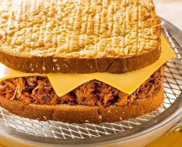 Sanduíche de carne de panela e crosta de parmesão
