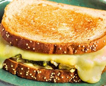 Sanduíche quente de Frango com pesto