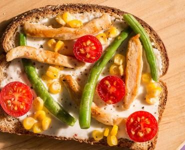 Sanduíche aberto de vagem, tomate cereja, milho e frango