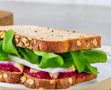 Sanduíche com pasta de beterraba, queijo minas e rúcula