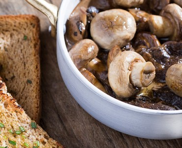 Caçarola de cogumelos e torradinhas no azeite de alecrim