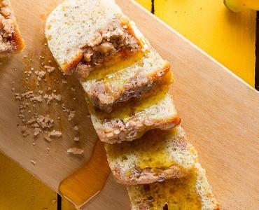 Cuca de banana com farofinha de pão