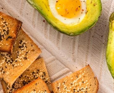 Abacate ao forno recheado com ovo e toasts de gergelim