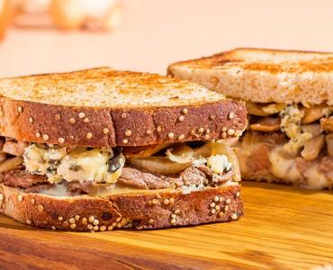 Panini de filé mignon, cogumelos e gorgonzola