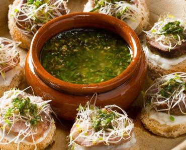Beef Crostini com Pesto de ervas