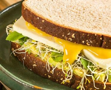 Sanduíche de abacate, queijo e dijon