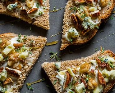 Tartine de gorgonzola, nozes e mel