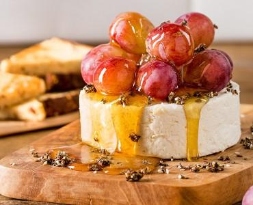 Queijo branco com uvas, crocante de fibras, mel e pão integral