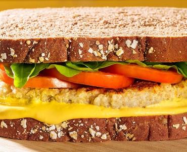 Hambúrguer de quinoa com creme de cenoura
