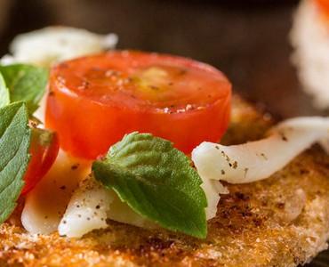 Pizzetes de tomates grelhados com manjericão