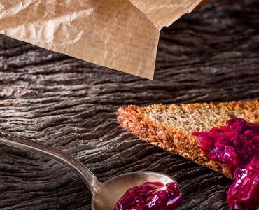Geleia de frutas vermelhas e especiarias com torradas