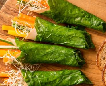 Wraps de couve, peru e vegetais com pão tostado e molho de salsa