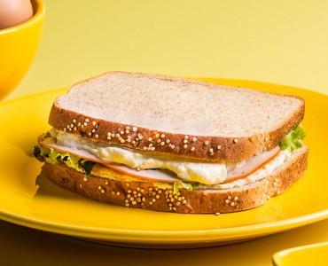 Sanduíche de peru, omelete e molho de limão