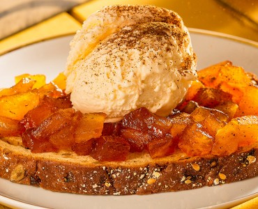 Tartine quente de maçã e canela com sorvete