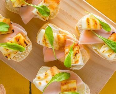 Barquetes de peru, rúcula e abacaxi grelhado
