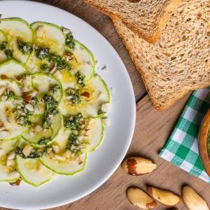 Carpaccio de Abobrinha com Pesto e Pão Crocante