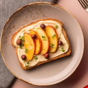 Toast com ricota, maçã e avelãs
