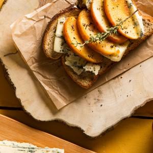 Bruschetta de maçã caramelada com gorgonzola