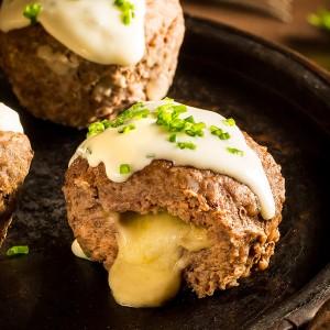 Muffin de carne com queijo cremoso temperado