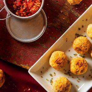 Bolinhos de bacalhau empanados no Pão com Pesto de pimentão