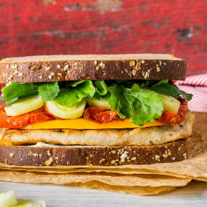Sanduíche de frango grelhado, tomates secos e alho poro
