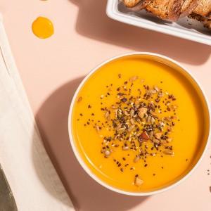 Sopa detox com granola salgada e torradinhas