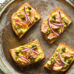 Bruschetta com mousse de abacate, salmão e alcaparras