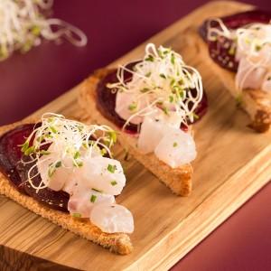 Crostini com carpaccio de beterraba e tartare de peixe branco