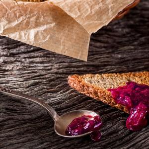 Geléia de frutas vermelhas e especiarias com torradas