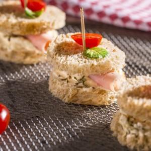 Mini sanduíche de blanquet de peru à caprese