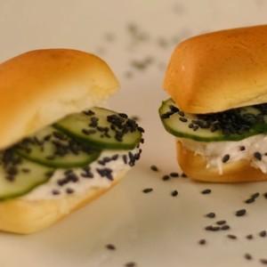 Nutrellinhas com pepino refrescante e pasta de salmão