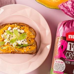 Tartine de moranga com gram massala, ricota e rúcula