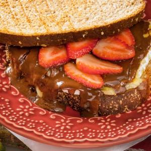 Sanduíche quente de brie, chocolate e morangos